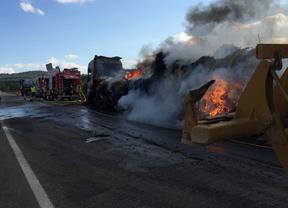 Arde un camión que obliga a cortar dos carriles de la A-3
