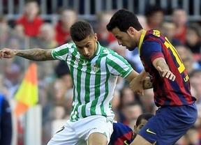 Un Barça espeso se aprovecha de un penalti infantil y del suicidio del Betis para seguir a la estela del Atlético (3-1)