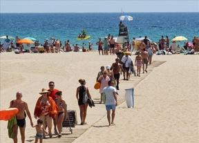 Los españoles no renuncian a las vacaciones pero reducen su estancia para ahorrar