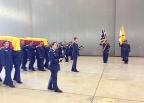 Familias y compañeros dan su último adiós a los militares fallecidos en el accidente de helicóptero en Canarias