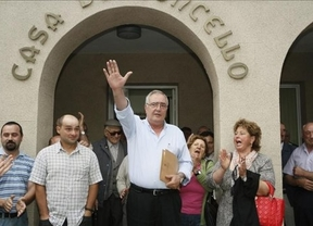 El alcalde gallego que justificó los crímenes de Franco se mantiene en el cargo gracias al PP
