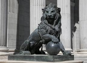 El Gobierno rechaza añadir testículos a uno de los leones del Congreso para evitar daños en la escultura