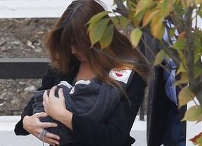 Carla Bruni sale del hospital con su hija Giulia en sus brazos