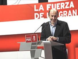 Rubalcaba ejerce ya de líder socialista, tapando a Zapatero