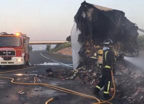 Vuelve a la normalidad el tráfico en la A-3 a su paso por Montalbo tras el incendio de un camión frigorífico