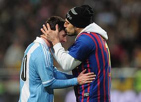 Un espontáneo hizo cariños a Messi durante el partido amistoso ante Suecia