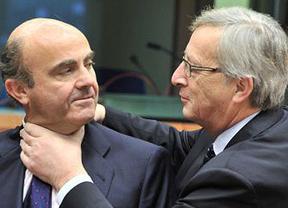 El Eurogrupo, al final, sí echa la mano al cuello a De Guindos