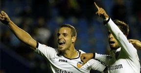 El Valencia enseña sus galones al Málaga y le echa de puestos europeos con nuevo doblete de Soldado (2-0)