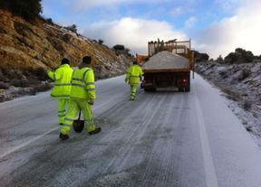 Denuncian que los trabajadores de Fomento han de combatir la nieve echando sal a mano