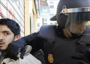 Padres y alumnos 'abrazan' al instituto Lluís Vives para protestar contra la violencia policial