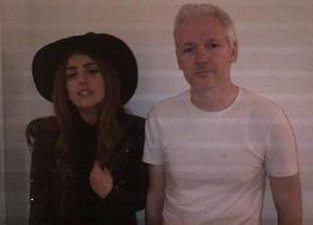 La última excentricidad de Lady Gaga: visita a Julian Assange en la embajada de Ecuador