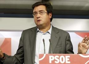 Óscar López acusa al PP de hipócrita por recortar la financiación pública mientras ellos disfrutan de