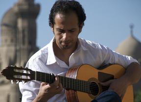 La guitarra mágica de Ali Khattab nos lleva de paseo por la mejor mezcolanza de fusión de músicas de raíz