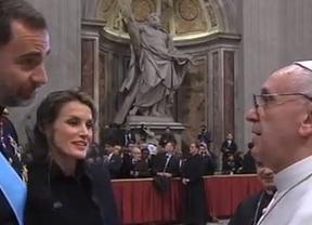 Letizia, a los pies del Papa: la comentada reverencia de la Princesa