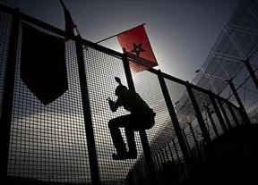 Medio millar de inmigrantes entran en Melilla tras un nuevo salto masivo nocturno a la valla