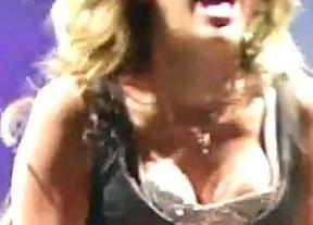 A Miley Cyrus se le escapa un pezón en pleno concierto