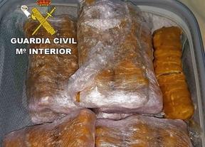 La Guardia Civil encuentra más de 11 kilos de hachís en un autobús en Almuradiel