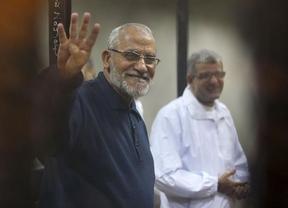 El líder y cuatro dirigentes del grupo islamista Hermanos Musulmanes, condenados a cadena perpetua