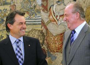 Viaje tenso para el Rey: don Juan Carlos llega a Cataluña para un acto judicial junto a Artur Mas