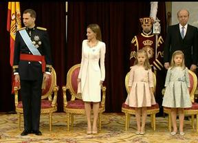 Felipe VI jura la Constitución prometiendo una 'monarquía renovada para un tiempo nuevo'