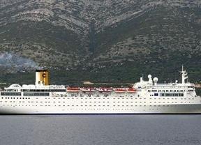 El barco accidentado de Costa Cruceros, remolcado a la isla de Desroches