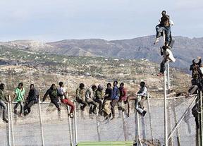 Medio centenar de inmigrantes entran en Melilla tras un nuevo asalto a la valla