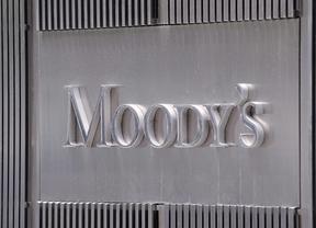 Moody's se ceba con la banca española y rebaja la nota a 16 bancos, entre ellos al Santander y BBVA