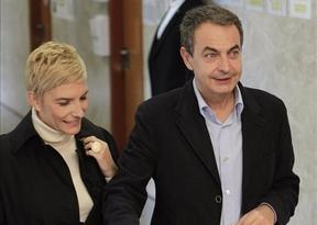 Zapatero vota entre abucheos y vítores, una de cal y otra de arena