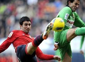 Dos goles de penalti del uruguayo Stuani dan vida al Racing en Pamplona (0-2)
