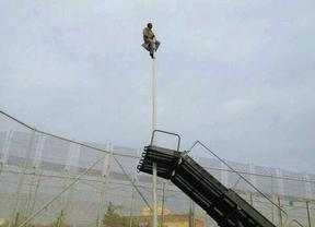 La imagen de la desesperación: un inmigrante pasa 4h encaramado a una farola de Melilla