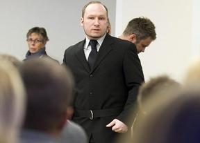 Un hombre lanza un zapato a Breivik al grito de