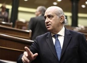 Ya se nota el pacto de Estado por la inmigración: el PSOE 'perdona' la vida al ministro Fernández Díaz
