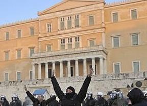 Toda Europa, y los mercados, pendientes de que Grecia cierre su rescate