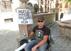 En huelga de hambre para pedir la custodia compartida de su hija y que no salga del pa�s