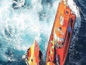 Emergencias rescata a los tres ocupantes de una embarcación y balizan la zona al estar hundiéndose