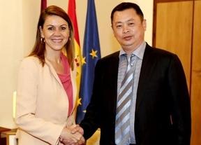 Cospedal recibe a un empresario chino que quiere comprar vino de Castilla-La Mancha
