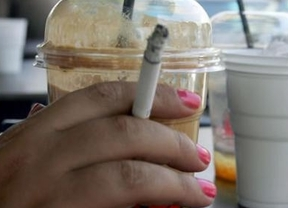 Las nuevas medidas recaudatorias: 30 euros por fumar en la terraza de un bar