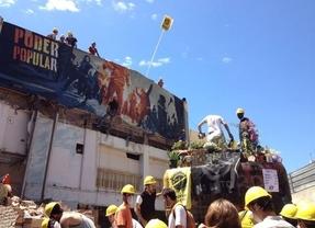 Cientos de vecinos comienzan a reconstruir Can Vies tras la paralización de su derribo