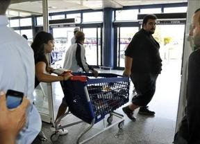 El SAT vuelve a la carga: se lleva diez carros con material escolar de un supermercado de Sevilla
