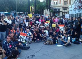 Alrededor de un millar de personas secundan la concentración de la Coordinadora 25-S en la Plaza de Neptuno