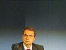 Múltiples golpetazos a un Zapatero que no quiere perder la sonrisa