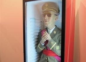 La Fundación Franco demanda al autor que metió al dictador en un dispensador de refrescos