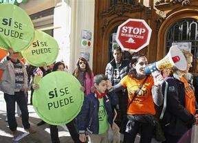 Colectivos anti-desahucios acosan a diputados del PP como González Pons, Antonio Gallego o el ministro Gallardón