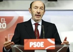 Rubalcaba: '¿Cómo miran a Rajoy en Bruselas mientras la Policía registra la sede del PP?'