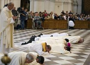 La imagen del arzobispo de Granada postrado en el suelo, un cambio de actitud frente a los abusos sexuales