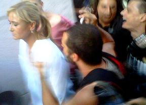 Cristina Cifuentes, acosada sin incidentes por manifestantes contra los recortes de Rajoy