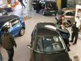 Las ventas de coches caen un 43% en la primera quincena de marzo
