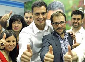 Pedro Sánchez responde a 'Podemos' y muestra a militantes de 'casta'