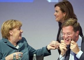 Merkel vuelve a bendecir las reformas del Gobierno con Soraya Sáenz de testigo
