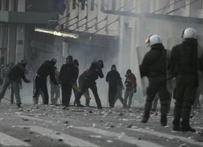 El Parlamento griego aprueba los recortes en medio de las protestas
